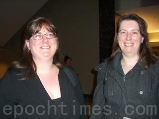 曾是舞蹈老師的阿曼達‧帕特里克(Amanda Patrick)(左)讚歎神韻晚會帶給觀眾無盡的美的享受(攝影:李梅/大紀元)