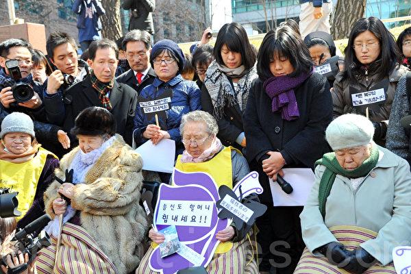 """韩国慰安妇""""和平碑""""事件引发日本抗议"""