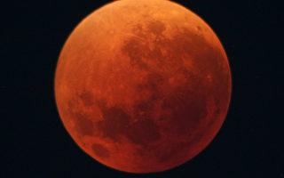 各地民众目睹红月亮 十年最精彩月全食