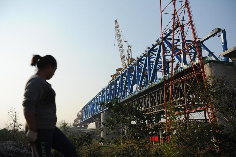 中共國家鐵路集團有限公司(國鐵集團)1月2日稱,2020年要確保投產新線4000公里以上,其中高鐵2000公里。圖為安徽省合肥市,一位工人在高鐵施工現場。(STR/AFP/Getty Images)