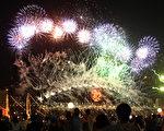 人們在悉尼歌劇院前觀賞2011年煙火秀。(圖片來源:Jeremy Ng/Getty Images)