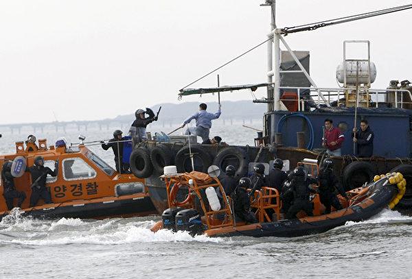 中國船隻在韓國水域非法捕魚被查獲,並與韓國海警發生衝突。(STR: WON DAI-YEON / AFP ImageForum)
