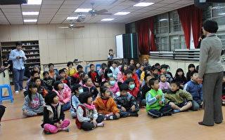 大里国小的小朋友聚精会神且专心的听老师讲课。(摄影:谢月琴  / 大纪元)