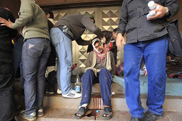 反军政府示威者们两天来已造成10死,至少432人受伤。 (STF: MOHAMMED ABED / AFP ImageForum)
