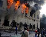 埃及軍隊在群眾反軍政府示威的第二天(17日),抗議群眾與軍警衝突升級,示威者投擲石塊,摧毀物品。(STR: MOHAMMED HOSSAM / AFP ImageForum)