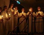 在丹麥幾乎所有的學校都會在12月13日有一個特殊的活動,那就是聖露西亞之旅(Luciaoptog)。(攝影:吳馨/大紀元)