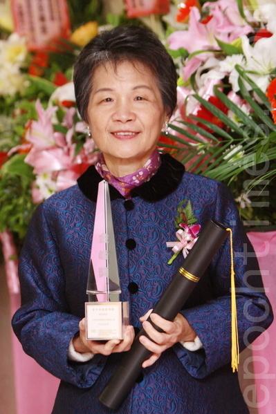 第14屆「中華民國傑出企業領導人金峰獎」22日晚上舉行頒獎典禮,本報榮獲中小企業組十大傑出商品獎。由發行人曹慧玲上台領獎。(攝影: 林伯東 / 大紀元)
