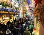 2011年12月17日,在法國購物的人群把路堵得水洩不通。  AFP PHOTO / PATRICK HERTZOG(STF: PATRICK HERTZOG / AFP ImageForum)