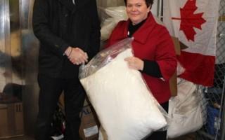 图片新闻: 雪中送炭 青少年获赠枕头毛毯
