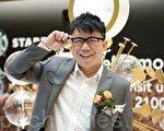 """眼镜和他的招牌笑容是Hanjin的""""商标""""。(摄影:司马日/大纪元)"""