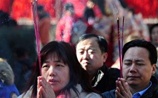 中国过年吃饺子、放鞭炮,拜神、祭祖等传统仍深深扎根于民众心中。(FREDERIC J. BROWN / 2011 AFP)
