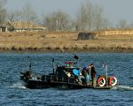 協助北韓難民的都熙淵(Do Hee-Youn,音譯)說, 12月31日,北韓士兵射殺3名試圖跨過邊境進入中國大陸的朝鮮公民。圖為2011年12月30日,朝鮮巡邏船在朝鮮新義州和中國邊境丹東之間的鴨綠江巡邏。(AFP PHOTO/Mark RALSTON)
