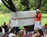 2011年12月25日聖誕節中午,新移民和新遊客匯聚在市中心的女王公園,分享心靈故事。圖為活動組織者、新移民社交網創辦人蘇•埃爾森(Sue Ellson)女士。(攝影: 劉珍 / 大紀元)