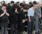 面對危難誠心悔過,將是自救的唯一法門。圖為日本宮城縣石卷市地震和海嘯遇難者的親屬為逝者禱告。(AFP)
