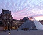 羅浮宮受歡迎的原因不外乎位於法國花都巴黎,這個出國旅行者最想去的城市中,因而佔盡了地利之便。(MARIO GOLDMAN/AFP/Getty Images)