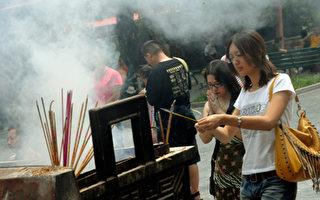 云南寺庙被承包  冒牌出家人攫取暴利