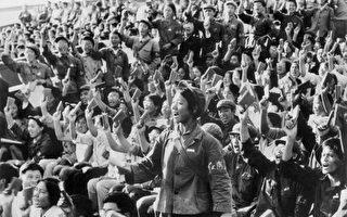 一九六六年文化大革命開始,紅衛兵揮舞著《毛澤東語錄》小紅冊子。(AFP)