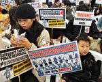 超過600名市民包括本地孕婦,15日響應「反對內地孕婦來港產子大聯盟」在社交網站發起的集會遊行,由維園遊行到新政府總部,反對非本地孕婦來港分娩。(Joyce Woo / AFP)