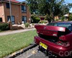 1月17日晚9點左右,在悉尼內西區林肯姆(Lidcombe)的Boulevard街,1輛價值近70萬澳元的法拉利(Ferrari 612 Scaglietti)跑車撞向路邊停放的豐田車,沖毀一民居圍欄磚牆,當時站在車後的兩位女華裔被撞傷後送進醫院。(攝影:陳晨/大紀元)