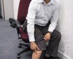 民主黨立法會議員黃成智昨日在旺角遭人踢傷,留下長5厘米的傷口。(攝影:鄭麗駒/大紀元)