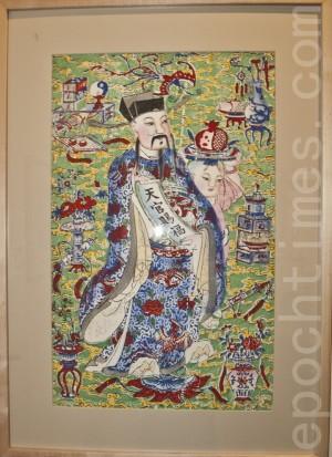 1月22日至3月底,中華歷史博物館舉辦年畫與民俗展。圖為展出的一張「天官賜福」年畫。(攝影:楊婕/大紀元)