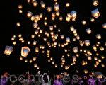 2012平溪天燈節28日在新北市平溪國中舉行,以「幸福平溪、擁抱世界」為主題,施放的天燈將夜空點綴得如詩如畫。(攝影: 林伯東 / 大紀元)