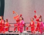 世界金融中心「冬之花園」1月28日為前來購物休閒的紐約客帶來了紐約新苗文藝中心的龍年「歡舞迎春」慶祝活動﹐內容繽紛的節目吸引了大批觀眾。(攝影﹕蔡溶/大紀元)