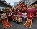 2012年1月27日,香港,慶祝新年,商家請來舞龍舞獅等表演(aaron tam / AFP)