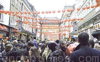 1月29日伦敦唐人街,主街的爵禄街上,中西方人士感受中国新年的喜庆气氛。(摄影:梁思成/大纪元)