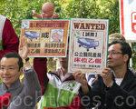 「雙非」孕婦來港產子問題,引起港人極大關注。圖為民間團體人士日前在一個論壇上舉起標語,抗議大陸孕婦來港產子佔用香港的醫療資源。(攝影:潘在殊/大紀元)