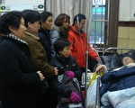 上海民眾至醫院探望王扣瑪(訪民提供)