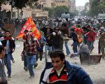 埃及數千名示威者聚集解放廣場,抗議當局不當作為導致1日多人罹難,並於3日包圍內政部大樓。(AFP)