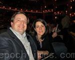會計師派瑞先生與妻子在觀看週五晚上的神韻演出後表示,晚會的一切都太美好了。(攝影:康浩行/大紀元)