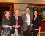 跨國雷達公司CEO 約翰‧拉瑞森先生和太太(右二位)以及兩位朋友觀看了2月3日神韻在辛辛那提的首場演出,直呼神韻美不勝收。(攝影:滕冬育/大紀元)