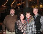 歌劇教授Kelly Hale(右一)和他的朋友們觀看神韻巡迴藝術團2012年2月3日在辛辛那提市阿諾夫藝術中心的演出(攝影:林樸/大紀元)