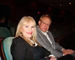 萊瑞‧莫斯特勒爾先生和太太觀看完4日晚的神韻演出後說:「真是美妙的享受!」(攝影:滕冬育/大紀元)