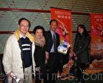 酒店老闆潘祥熙先生(左三)攜家眷慕名前來觀看神韻演出(攝影:陸查理/大紀元)
