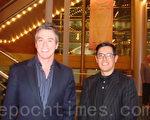 擁有一家國際貿易公司的史蒂夫‧布蘭奇先生(左),與一家公司的經理與約翰‧奧特噶先生(右),同來觀看神韻演出。(攝影:滕冬育/大紀元)
