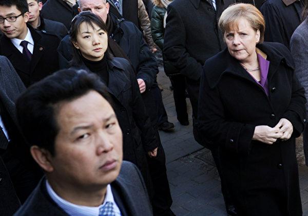 近日,德國總理默克爾(左)訪華,德國媒體表示,默克爾訪華見識了中共的兩份面孔,一方面中共給予她很高規格的禮遇,另一方面對她在中國的活動明顯設限,導致兩次活動未能實現。原因在於,當局作秀的誠意無法掩蓋對於維權活動的緊張不安。(MARK RALSTON / AFP)