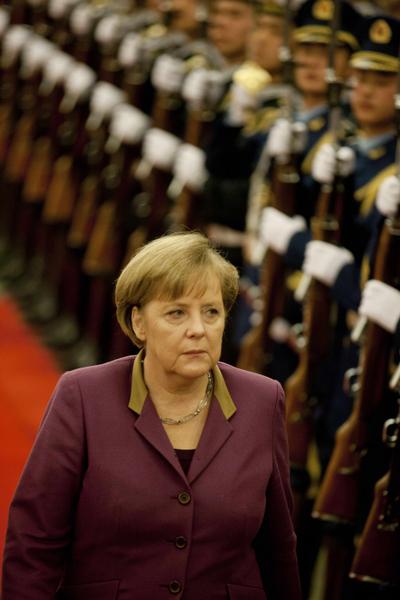 近日,德國總理默克爾訪華,德國媒體表示,默克爾訪華見識了中共的兩份面孔,一方面中共給予她很高規格的禮遇,另一方面對她在中國的活動明顯設限。(ADRIAN BRADSHAW / AFP)