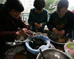 正月十五元宵佳節,中國傳統習俗是元宵夜一家人團圓吃湯圓,湯圓也稱元宵。圖為,重慶市民包湯圓。(China Photos/Getty Images)