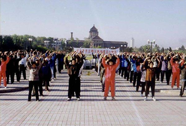 中國大陸長春法輪功學員在市區集體煉功。(1998年5月15日)