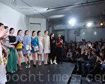 陳美玲(前右一)和她的服裝模特兒們在晚會上。 (攝影﹕杜國輝/ 大紀元)