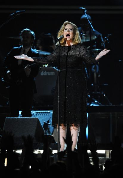 英国歌手阿黛尔获得54届格莱美奖的六项大奖,图为她在颁奖典礼上献唱。(ROBYN BECK / AFP)