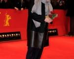 梅麗爾·斯特里普(Meryl Streep)手拿著玫瑰亮相首映禮。(Pascal Le Segretain/Getty Images)