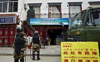图为四川省阿坝州去年10月发生首名觉姆(女尼)自焚事件后,军警进驻。(STR/AFP/Getty Images)