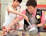 梁詠琪首次在節目中料理食材。(圖/三立提供)