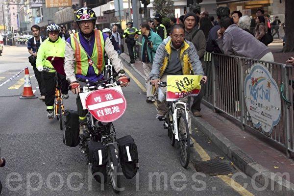 數十名單車團體成員以踩單車方式遊行。(攝影:潘在殊/大紀元)