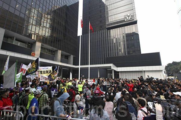 遊行人士抵達政府總部後繼續集會 主辦團體宣布有1500人參加。(攝影:潘在殊/大紀元)