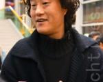 韩国美术协会公州分会长金知光观赏神韵晚会(摄影:金国焕/大纪元)